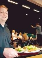 Jochen Henn servierte, während die Jugendkapelle spielte. Foto: Uwe Mundt