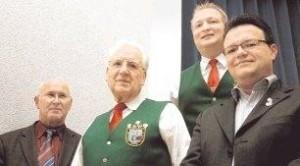Für aktive Tätigkeit wurden Steffen Manske (rechts) und Paul Hofmann (daneben) von Jochen Henn und Bezirksvertreter Michael Klotz (links) geehrt. Foto: Mundt