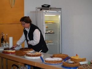 Abb. 2: Frau Garrelts beim Kuchenverkauf Bilder von Silke Feierabend