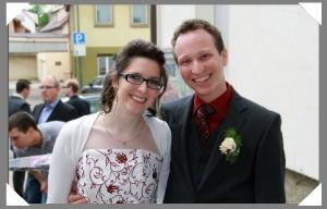 Ute & Marcel Dischinger vor der Georgskirche in Hausen an der Zaber