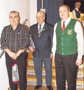 Ehrung: Gerhard Melcher (von links), Friedrich Rath mit Jochen Henn. Fotos: Angelika Bohn